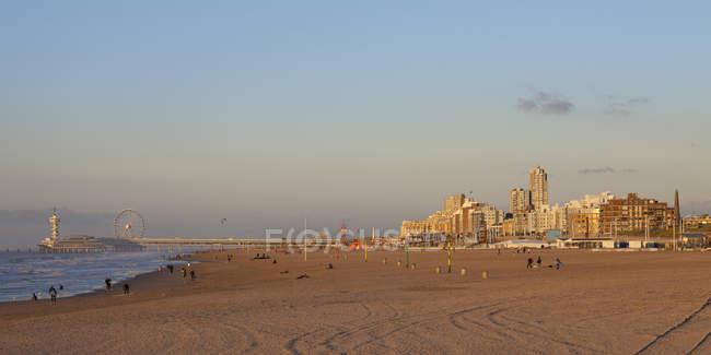 Países Bajos, la haya, Scheveningen, playa y muelle de la luz del atardecer - foto de stock