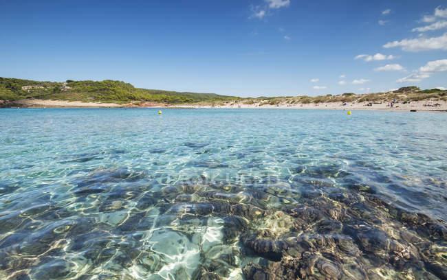 Spagna, Isole Baleari, Spiaggia di Caballeria con acqua cristallina — Foto stock