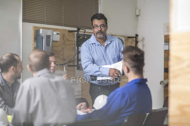 People attending electrician training indoor — Stock Photo