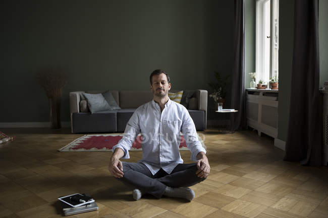 Homme pratiquant le yoga à la maison — Photo de stock