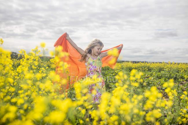 Дівчинка з помаранчевої тканини авторитетом у гвалтують сферу — стокове фото