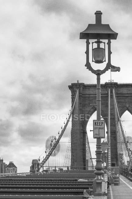 États-Unis, New York, partie du pont de Brooklyn, image en noir et blanc — Photo de stock