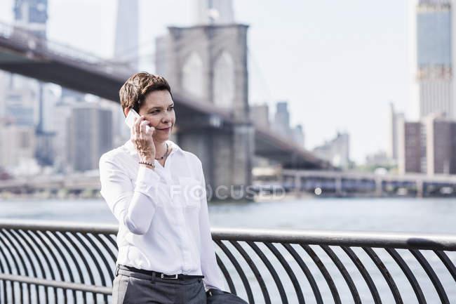Mujer de negocios hablando por teléfono - foto de stock
