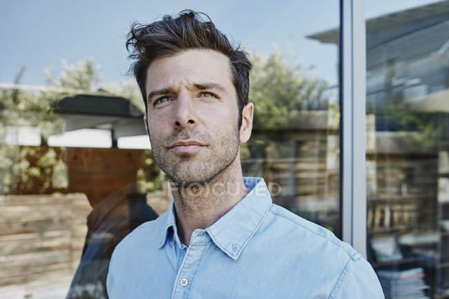 Uomo adulto caucasico a casa, ritratto — Foto stock