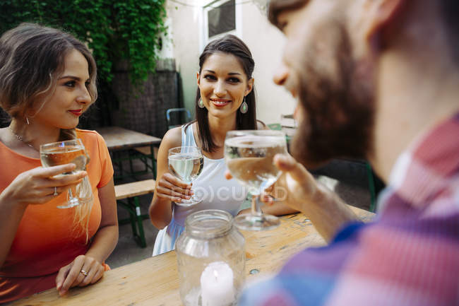 Friends drinking spritzer at outdoor pub — Stock Photo