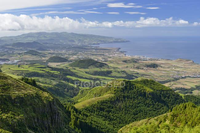 Portugal, Azores, San Miguel, vista del lado del oeste durante el día - foto de stock