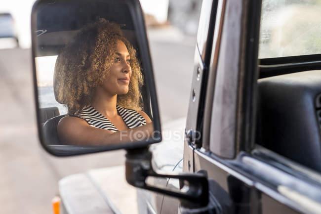 Imagen del espejo de la sonriente joven conductor - foto de stock