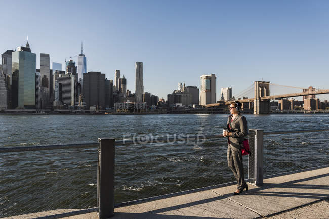 Business woman looking at Manhattan skyline — стоковое фото