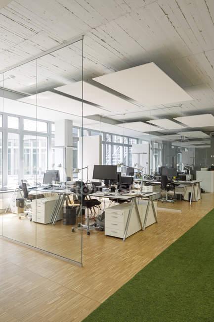 Interior de escritório moderno com mesas e cadeiras — Fotografia de Stock