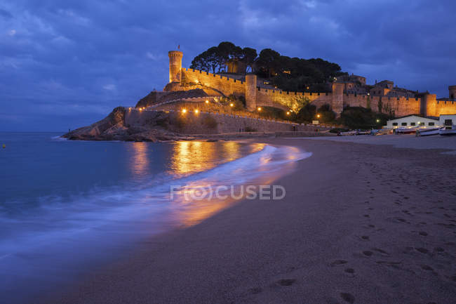 Spain, Costa Brava, Tossa de Mar, main beach and old town wall at night — Stock Photo