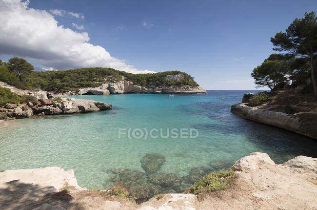 Spagna, Minorca, Veduta di Cala Mitjaneta a Cala Mitjana — Foto stock