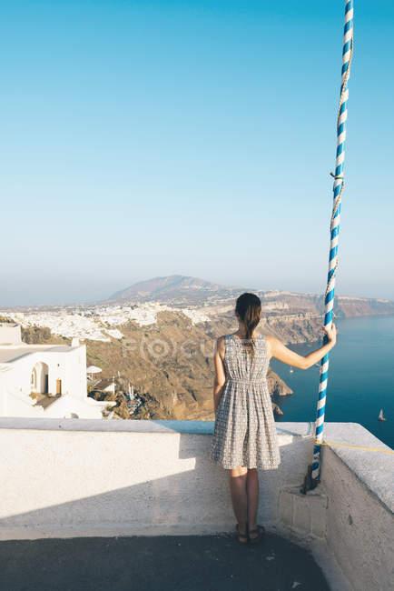 Grèce, Santorini, Thira, femme regardant à vue — Photo de stock