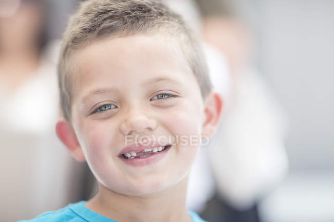 Porträt eines lachenden Jungen mit Zahnlücke — Stockfoto