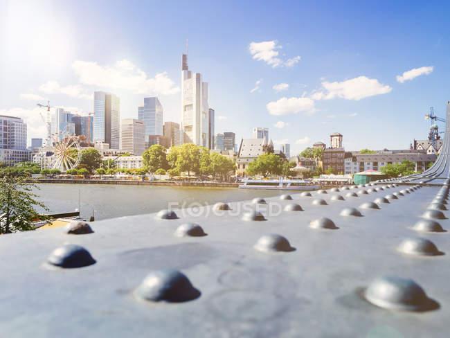 Мальовничий вид на міський пейзаж Франкфурт-на-Майні в сонячний день, Німеччині, Європі — стокове фото