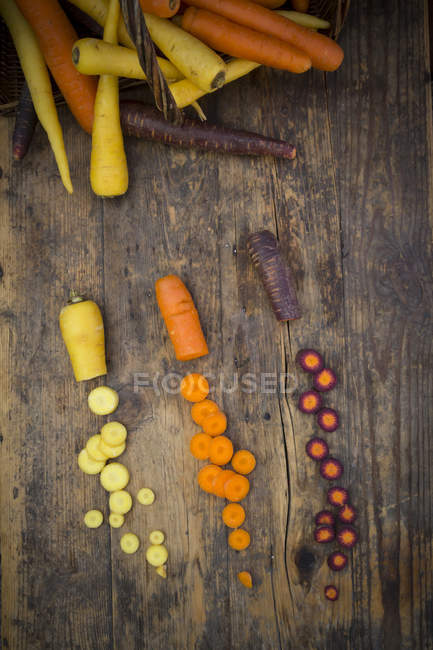 Whole and halved fresh carrots — Stock Photo