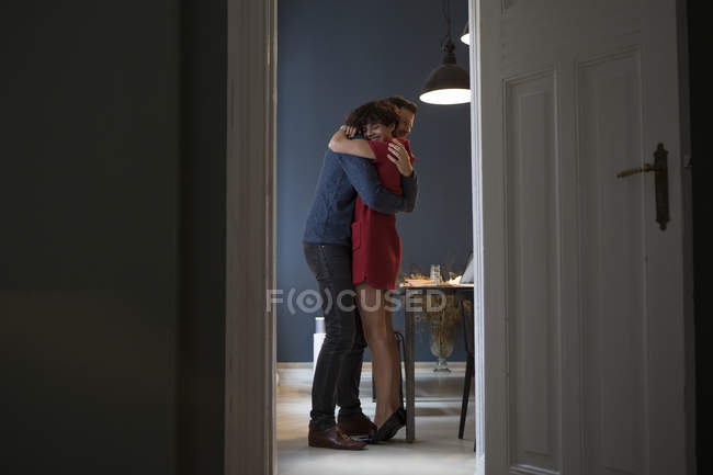 Glückliches Paar umarmt sich zu Hause — Stockfoto