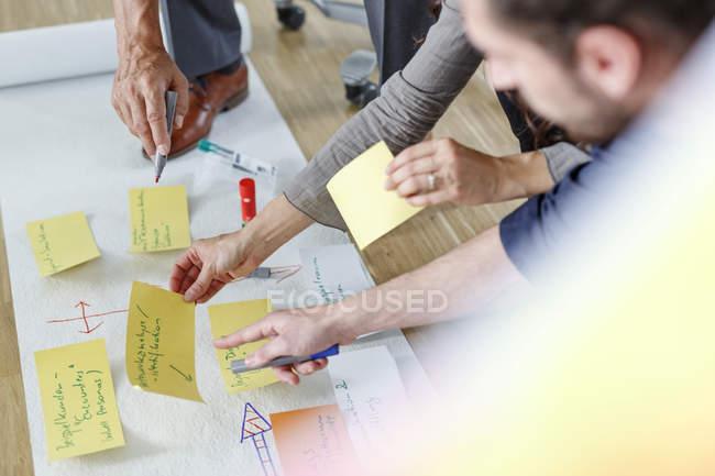 Image recadrée de collègues travaillant ensemble sur un projet — Photo de stock