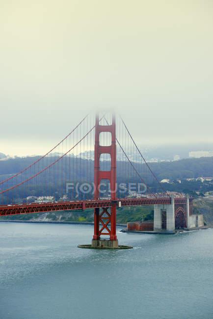 USA, Kalifornien, Blick auf die Golden Gate Bridge und San Francisco Bay bei nebligem Wetter — Stockfoto