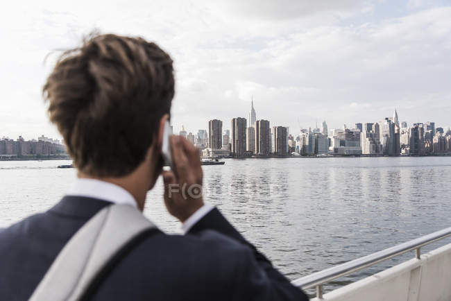 Uomo Sul Telefono Con Skyline Di Manhattan Sullo Sfondo New York