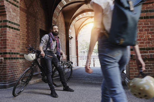 Retrato recortado de casal reunião com bicicleta — Fotografia de Stock