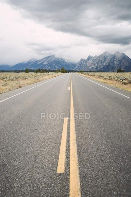 Carretera vacía usa, Wyoming, en el Parque Nacional Grand Teton - foto de stock