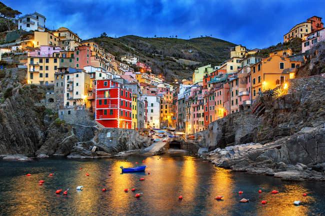 Italie, Ligurie, province de La Spezia, vue sur la ville de Riomaggiore à l'aube — Photo de stock