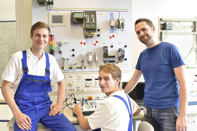 Portrait d'étudiants souriants avec instructeur technique — Photo de stock
