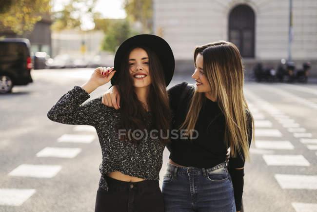 Zwei beste Freundinnen umarmen im Herbst — Stockfoto