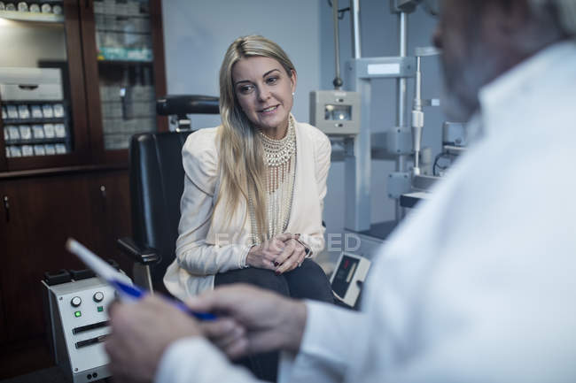 Patient listening to ophthalmologist in medical clinic — Stock Photo