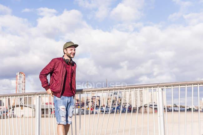 Happy man standing on bridge on Coney Island — Stock Photo