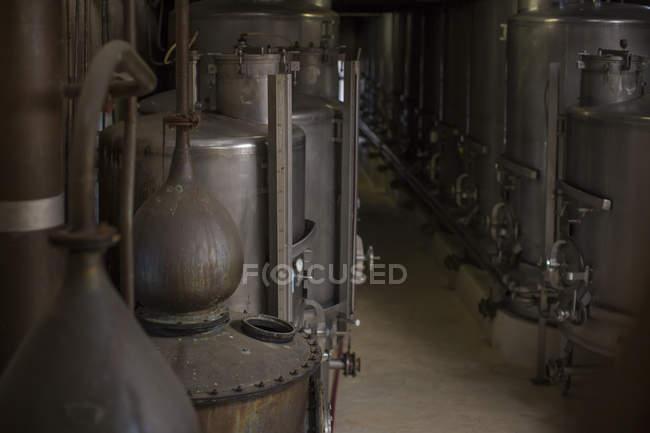 Старий мідні котли в старими винокурнями віскі — стокове фото