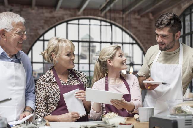 Gruppe von Personen, die einen Kochkurs belegen — Stockfoto