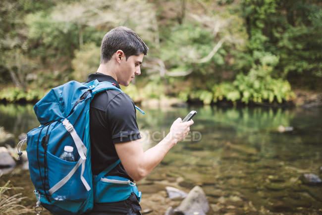 Мандрівного людина за допомогою смартфона в природі — стокове фото