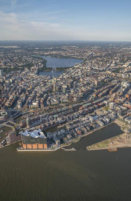 Edificios y el río en Hamburgo - foto de stock