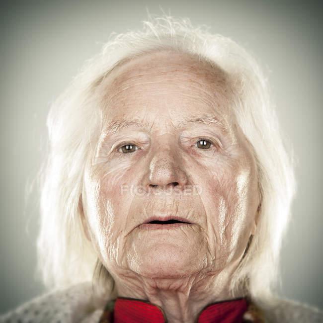 Retrato de uma senhora idosa — Fotografia de Stock