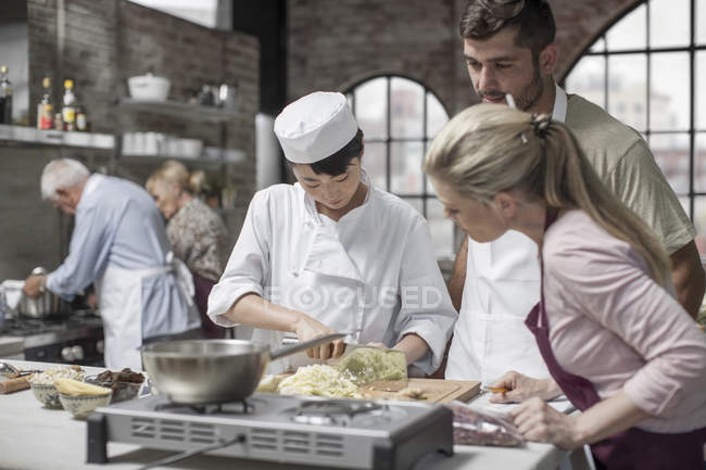 Chef shows off her skills in cooking class — Stock Photo