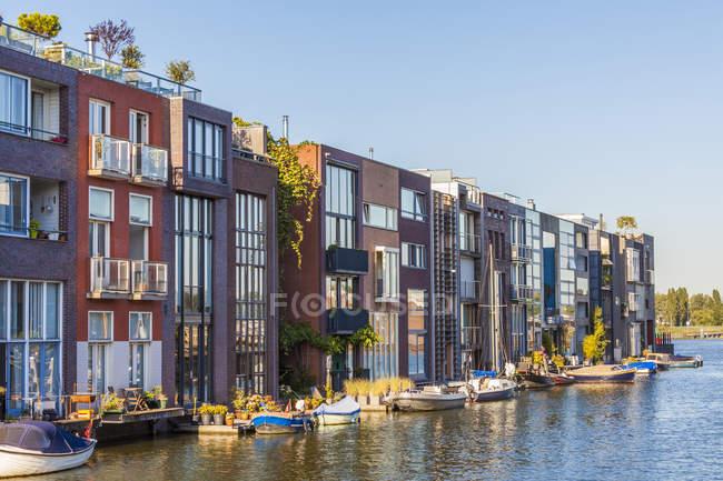 Países Bajos, Ámsterdam, Isla Borneo, casas adosadas modernas en Scheepstimmermanstraat - foto de stock