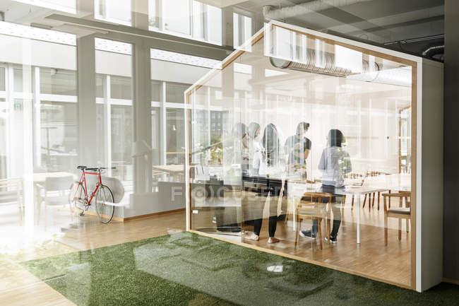 Réunion d'affaires dans la salle de conférence derrière un mur de verre — Photo de stock