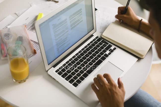 Adolescent faisant des devoirs, vue partielle — Photo de stock