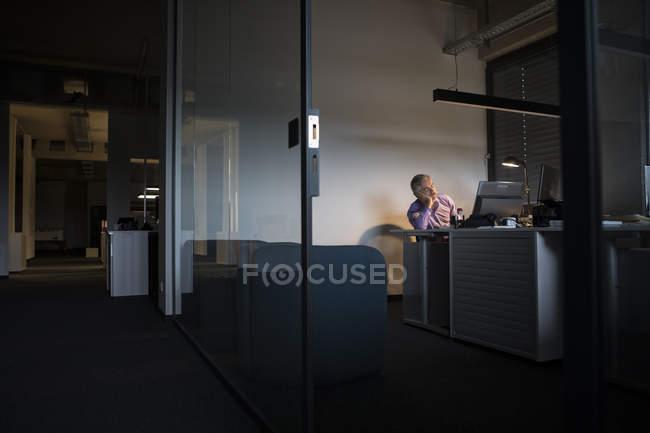 Empresário exausto, dormindo na mesa de escritório — Fotografia de Stock