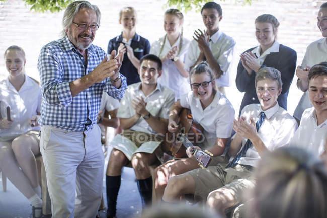 Insegnante felice e studenti che hanno lezione di musica di fuori — Foto stock