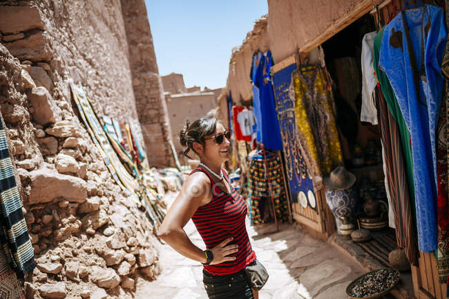 Tourist standing in front of clothing shop at daytime — Stock Photo