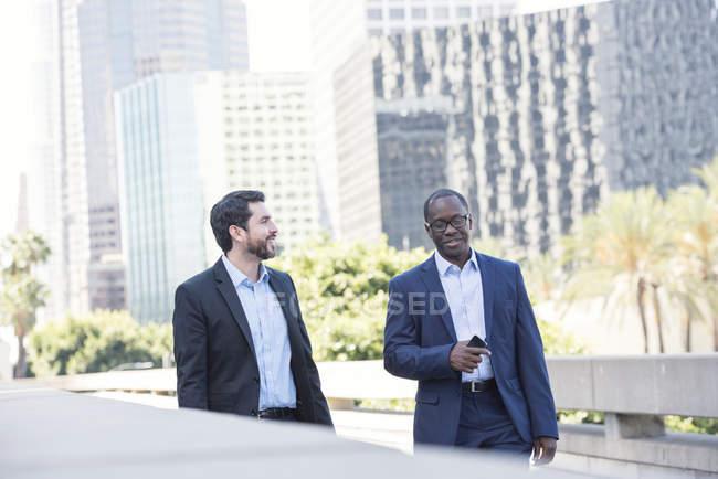 Deux hommes d'affaires qui parlent à l'extérieur en ville — Photo de stock