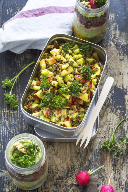 Scatola di pranzo di mele insalata di lenticchie — Foto stock