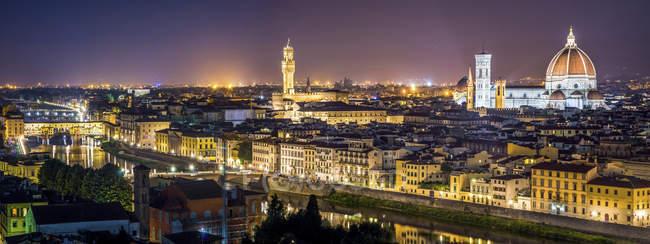 Cidade noturna iluminada de Florença, Itália — Fotografia de Stock