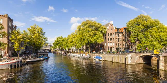Paisagem da cidade velha de Amsterdã com vista para o canal, Países Baixos — Fotografia de Stock