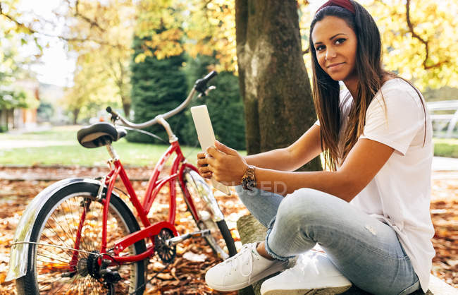Young woman using tablet in the park — Stock Photo