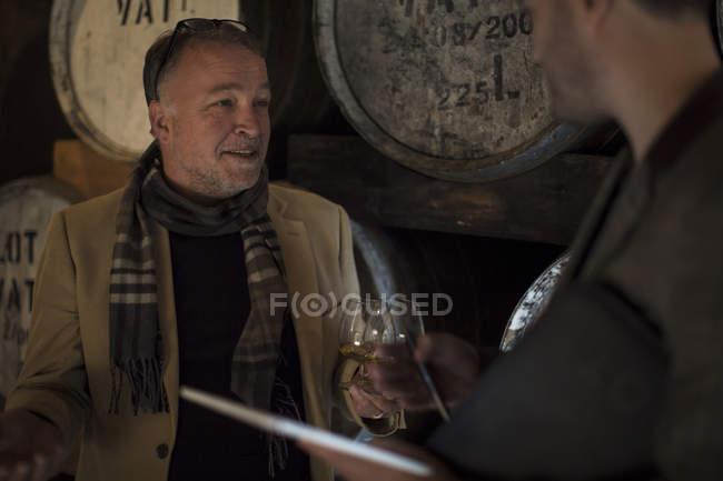 Dois homens confiantes provando uísque na destilaria — Fotografia de Stock