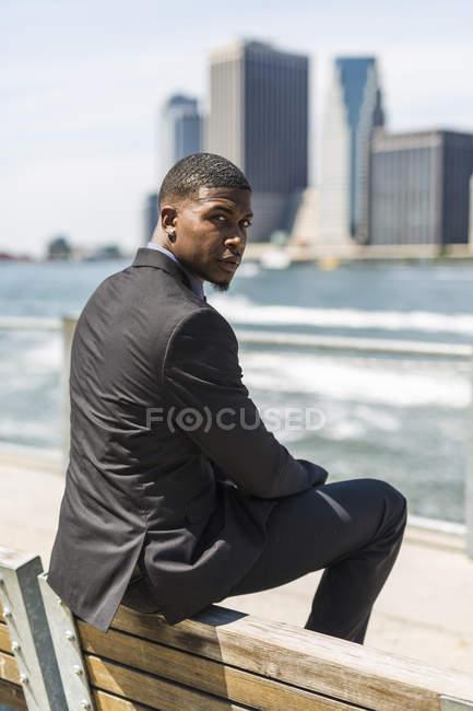 США, Бруклин, Портрет предпринимателя, сидя на спинку скамьи — стоковое фото