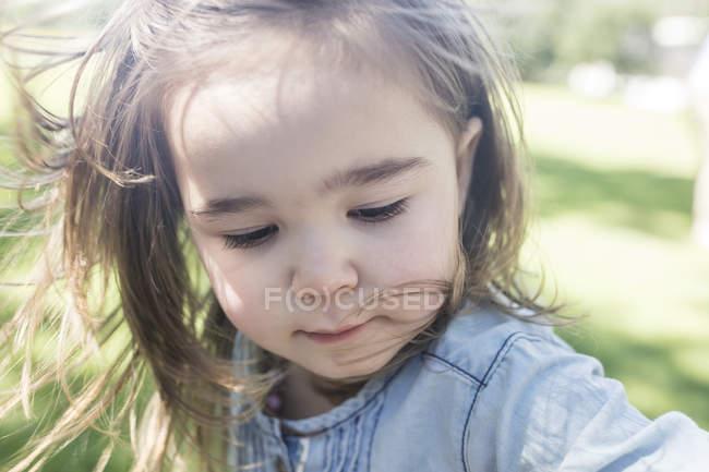 Ritratto di carina bambina all'aperto — Foto stock